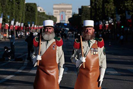 法國海外省的軍對頁派代表來參加巴黎國慶遊行。(JOEL SAGET/AFP/Getty Images)