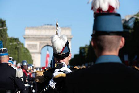 7月14日上午法國特種學校的學生在凱旋門前列隊準備參加國慶閱兵遊行。(JOEL SAGET/AFP/Getty Images)