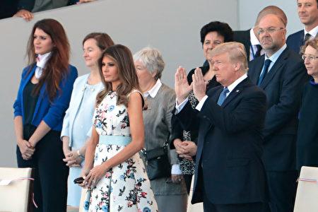 美國總統川普和夫人梅蘭妮亞在主席台上觀看法國國慶閱兵遊行。(JOEL SAGET/AFP/Getty Images)