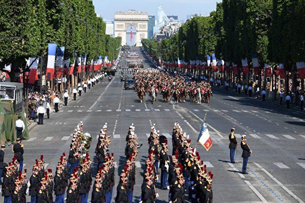 7月14日上午10點開始,法國國慶閱兵遊行在香榭麗舍大道隆重登場,今年的主題是「1917-2017:一百年的技術」,美國總統川普受邀作為嘉賓參加閱兵觀禮。(ALAIN JOCARD/AFP/Getty Images)