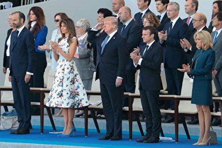 主席台上的客人全體起立向步兵儀仗隊致敬。走在步兵儀仗隊最前方的是美國聯合支隊。100年前,美國加入第一次世界大戰西部戰線並與法國軍隊並肩作戰。美國總統川普向美國軍人敬禮致敬。(JOEL SAGET/AFP/Getty Images)