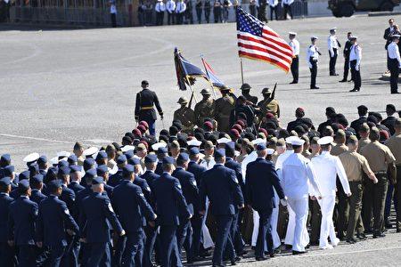 美國步兵隊引領步兵儀仗隊走過主席台。(SAUL LOEB/AFP/Getty Images)