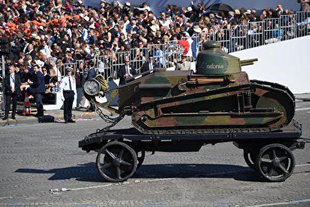 一輛一戰時期的雷諾輕型坦克經過主席台。( ALAIN JOCARD/AFP/Getty Images)