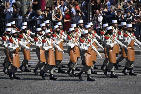 法國外籍兵團經過主席台 (SAUL LOEB/AFP/Getty Images)