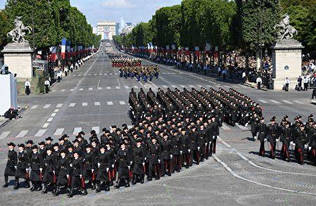 巴黎高等理工學院的閱兵隊伍行進在香榭麗舍大道上。 (ALAIN JOCARD/AFP/Getty Images)