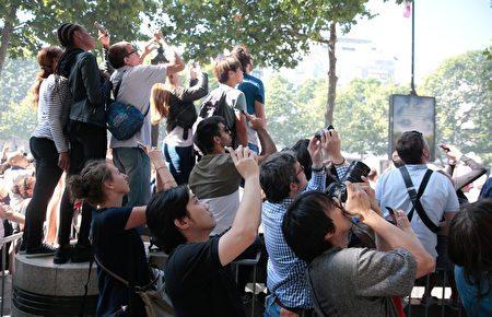 香榭麗舍大道兩邊觀看國慶閱兵的民眾。(GEOFFROY VAN DER HASSELT/AFP/Getty Images)