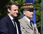 7月14日法国国庆节上,德.维里埃依旧照传统陪同马克龙出席阅兵仪式,但神情严肃。(CHRISTOPHE ARCHAMBAULT/AFP/Getty Images)