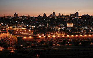 上週的致命槍擊案迫使以色列罕見關閉了耶路撒冷一個聖地,它週日重開吸引了數百名穆斯林教徒前往參拜。圖為耶路撒冷老城。 (AHMAD GHARABLI/AFP/Getty Images)