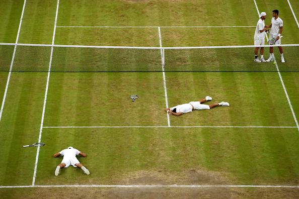 赢了,也累倒了。波兰选手库珀特和巴西选手米罗的组合赢得了温网男双比赛的冠军。他们跟对手的水平十分接近,因此比赛几乎变成了耐力赛。 比赛进行了四小时40分钟,从下午开始,后来由于天色很黑,比赛暂停十分钟,网球场上空的屋顶合拢,四位选手挑灯夜战,这是温网历史上第一次。 尽管很累,结果还是让人满意的,冠军组合得到40万镑的奖金。 ( Clive Brunskill/Getty Images)