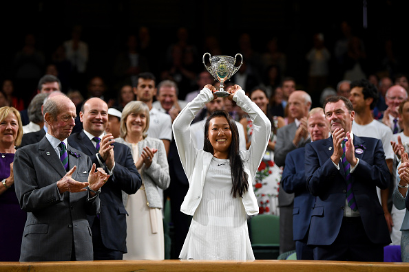 温网新秀——美籍华人女孩刘婧文(Claire Liu)。刘婧文夺得温网青少年组女子单打冠军。年仅17岁的她是土生土长的美国人,在青少年组排名世界第二,已经成为未来美国女网的希望。(Shaun Botterill/Getty Images)