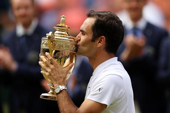 """网坛传奇!从2003年到2017年,费德勒创纪录的第八次夺得温网的男单冠军!35岁的费德勒是本届温网男单比赛中年龄最大的一位选手,也是笑到最后的一位。他最终获得了220万镑奖金。这也是他赢得的第19个大满贯冠军。 这场比赛是整个温网中最受关注的一场。王室包厢里面座无虚席,名人云集,包括网球迷威廉王子和凯特夫妇、英国首相梅及丈夫、摩纳哥的阿尔伯特亲王、前球星贝克汉姆、影星休•格兰特等。 费德勒的太太带着他们的两对双胞胎子女,站在家属席上,也非常吸引人们的眼球。(如果可以,右下角插进去这张图片 815549188) 费德勒的对手是28岁的克罗地亚选手西里奇。他在第二场比赛狠狠地摔了一跤,还出现了严重的失误。第三场比赛休息期间,他竟然在场外痛哭流涕。媒体感叹:""""还是太嫩了。""""不过,他的收获也不差,奖金高达110万镑。 ( Julian Finney/Getty Images)"""