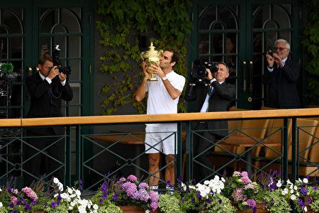 瑞士网球名将费德勒于7月16日夺得温网男单冠军,创下温网纪录。(David Ramos/Getty Images)