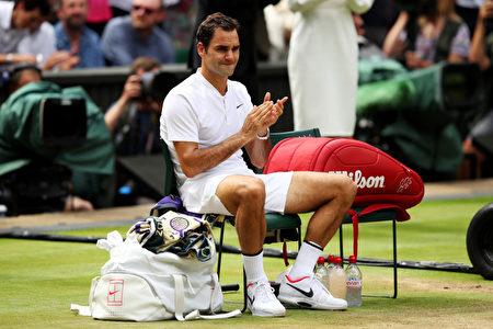 瑞士网球名将费德勒于7月16日夺得温网男单冠军,创下温网纪录。(Julian Finney/Getty Images)