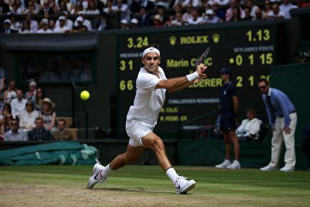 瑞士网球名将费德勒于7月16日夺得温网男单冠军。赢得第8冠让费德勒创下温网纪录。(Daniel Leal-Olivas – Pool/Getty Images)