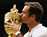 瑞士網球名將費德勒於7月16日奪得溫網男單冠軍。贏得第8冠讓費德勒創下溫網紀錄。(Clive Brunskill//Getty Images)