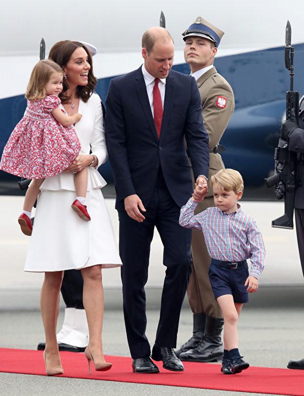 7月17日,威廉王子一家抵達波蘭華沙,開始為期五天的波蘭、德國之旅。(Chris Jackson/Getty Images)