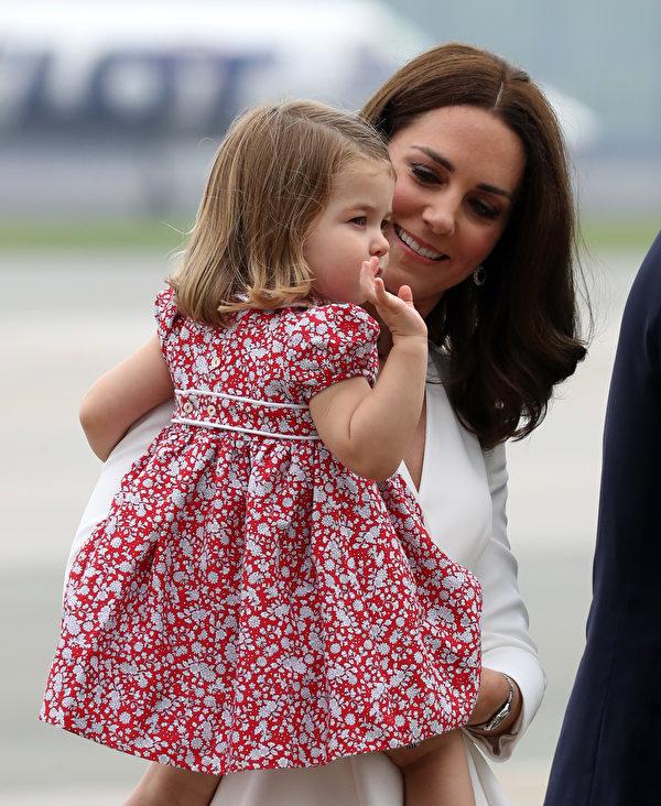 7月17日抵達華沙,夏洛特小公主向民眾揮手致意。 (Chris Jackson/Getty Images)