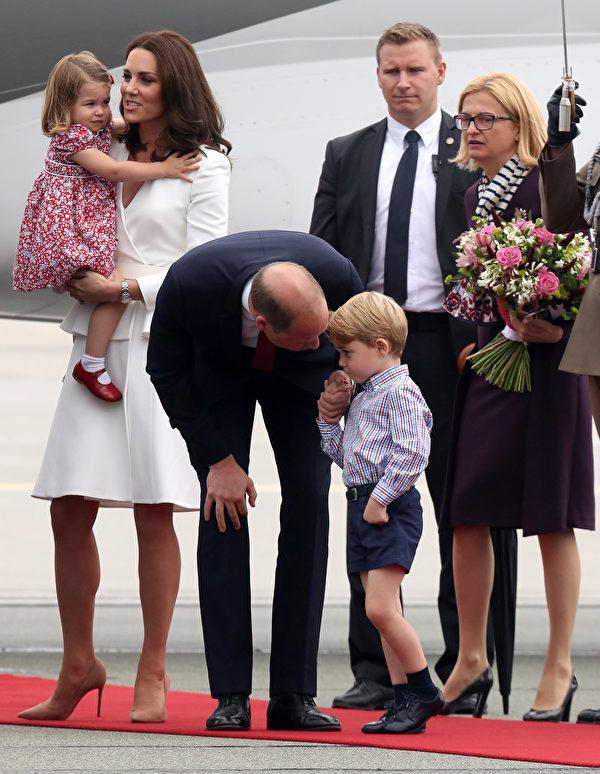 7月17日,威廉王子一家抵达波兰华沙,乔治王子与夏洛特公主表现大不同。(Chris Jackson/Getty Images)