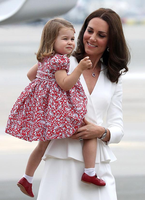 跟隨父母訪問華沙,夏洛特公主一路甜笑,讓媽媽開心。 (Chris Jackson/Getty Images)
