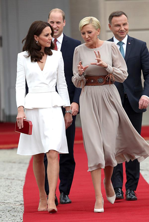 出訪波蘭,選擇英國設計師的白色套裝遮掩過瘦身材,凱特王妃的衣著獲讚。圖為凱特王妃與波蘭總統夫人親切交談。 (Chris Jackson - WPA Pool/Getty Images)