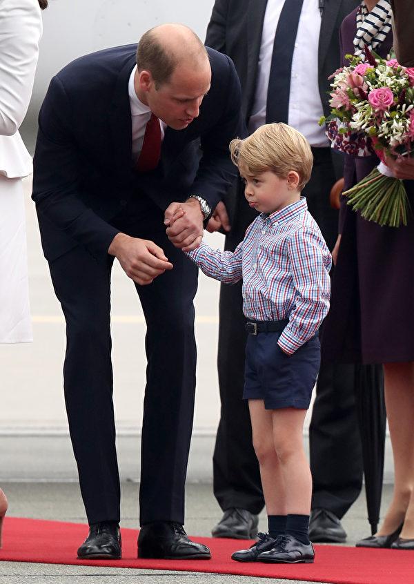 抵達華沙就鬧脾氣,喬治王子的表現讓爸爸生氣,當場挨訓。(Chris Jackson/Getty Images)