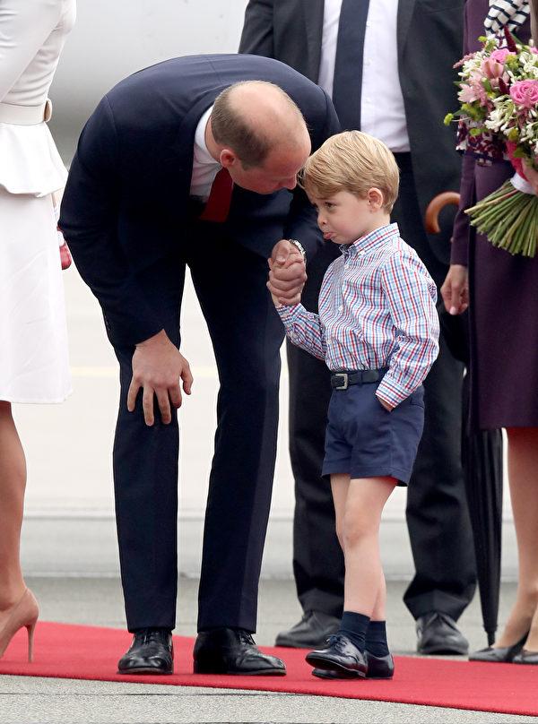 抵达波兰闹脾气,乔治王子被爸爸威廉王子当场教训。(Chris Jackson/Getty Images)