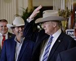 """7月17日美国总统川普在白宫出席美国制造周活动。图为川普头戴美国产的""""斯泰森帽""""与厂商交谈。(OLIVIER DOULIERY/AFP/Getty Images)"""