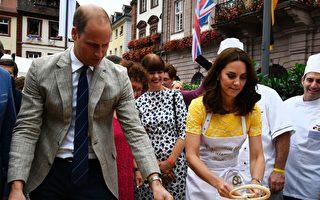在德国访问期间,威廉王子夫妇在海德堡学做德国特色的扭结面包。(THOMAS KIENZLE/Getty Images)
