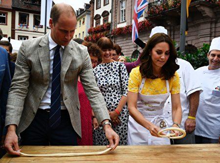 在德國訪問期間,威廉王子夫婦在海德堡學做德國特色的扭結麵包。(THOMAS KIENZLE/Getty Images)