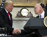 7月20日在白宫,美国总统川普与辉瑞制药首席执行长瑞德(Ian Read)握手,祝贺该公司回美建厂。 (SAUL LOEB/AFP/Getty Images)