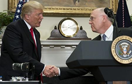 7月20日在白宮,美國總統川普與輝瑞製藥首席執行長瑞德(Ian Read)握手,祝賀該公司回美建廠。 (SAUL LOEB/AFP/Getty Images)