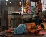 孟加拉国是世界上最贫困的国家之一,1.5亿人中,有近1/3日均收入不到2美元。为了四个女儿都能上学,这位父亲苦苦打拼,却一直向她们隐瞒自己的职业。 (Spencer Platt/Getty Images)