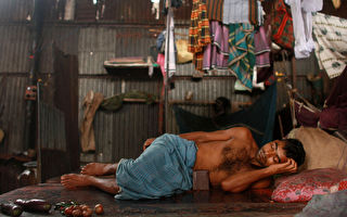孟加拉國是世界上最貧困的國家之一,1.5億人中,有近1/3日均收入不到2美元。為了四個女兒都能上學,這位父親苦苦打拼,卻一直向她們隱瞞自己的職業。 (Spencer Platt/Getty Images)