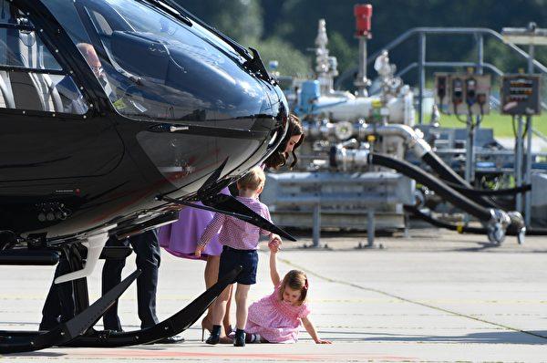 7月21日,在德国汉堡参观空客公司,夏洛特公主闹脾气,跳脚哭闹后摔倒。(PATRIK STOLLARZ/AFP/Getty Images)