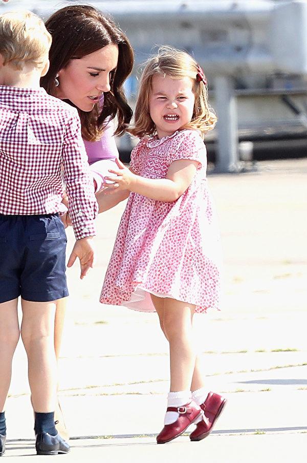 似乎对即将回家不满意,7月21日,夏洛特公主在德国汉堡跳脚哭闹发脾气。(Chris Jackson/Getty Images)