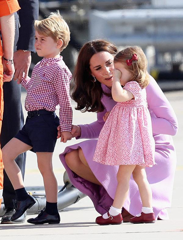 哭泣的夏洛特公主获得妈妈的安慰。(Chris Jackson/Getty Images)