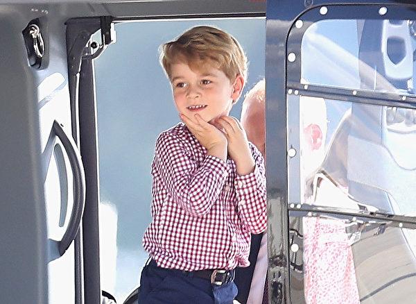 即将回家心情好,乔治王子登上飞机露出灿烂笑容。(Chris Jackson/Getty Images)