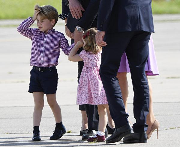 炎炎烈日下,王室小成员必须履行自己的义务。(PATRIK STOLLARZ/AFP/Getty Images)