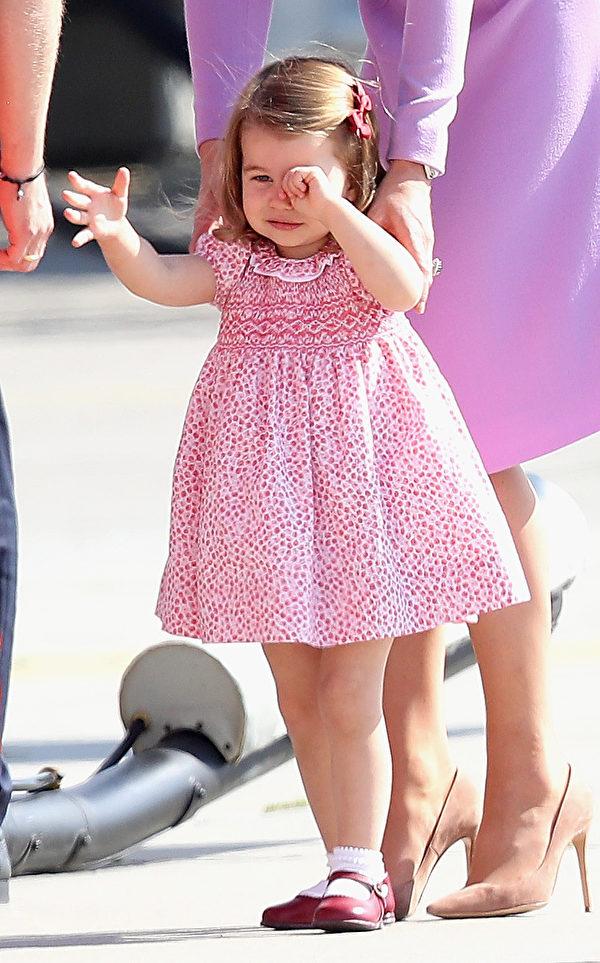 夏洛特公主哭泣的时候,仍大方与空客公司的工作人员握手。(Chris Jackson/Getty Images)