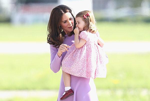 夏洛特公主闹脾气后摔跤,妈妈凯特枉费抱起她,并耐心与她交流沟通。(Chris Jackson/Getty Images)