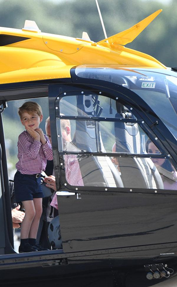 乔治王子的笑容纯真又可爱。(PATRIK STOLLARZ/AFP/Getty Images)