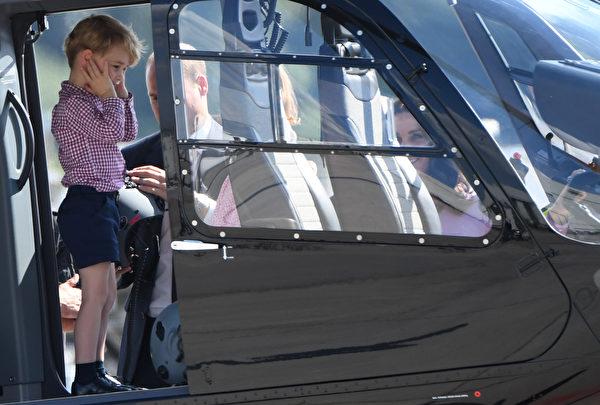 乔治王子最先爬上空客直升机,摀著耳朵等待妹妹和父母就位。(PATRIK STOLLARZ/AFP/Getty Images)