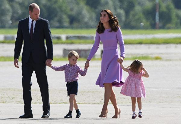 边哭边回头,夏洛特公主似乎不想回家。(PATRIK STOLLARZ/AFP/Getty Images)