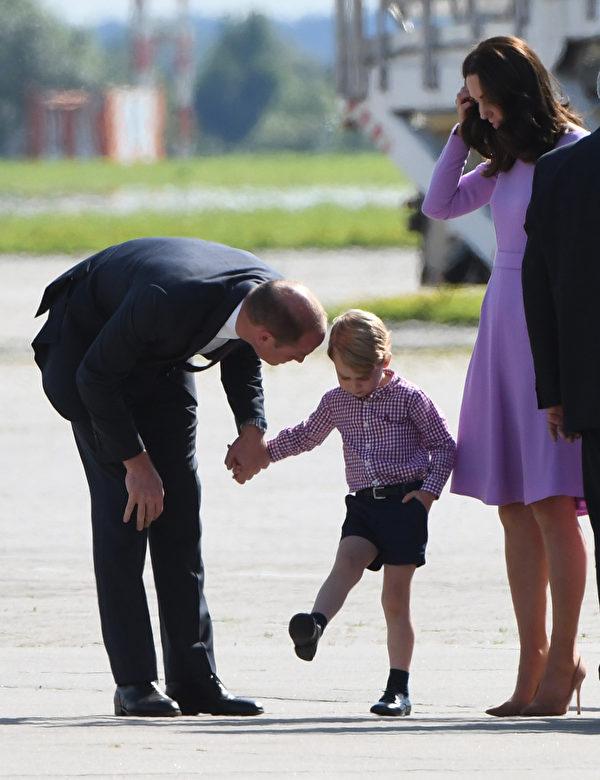乔治王子本次波兰、德国之旅,常常闹脾气,每次都遭爸爸教训。(PATRIK STOLLARZ/AFP/Getty Images)