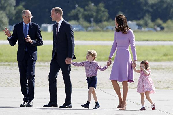 边哭边走,夏洛特小公主跟随父母的脚步,踏上回家之旅。(Franziska Krug/Getty Images)