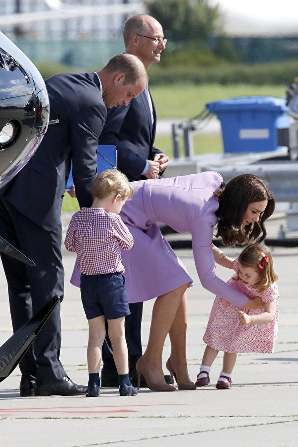 看到女儿跳脚哭闹,可是小愿望都无法得到实现!夏洛特公主摔倒后,妈妈有些不忍心。(Franziska Krug/Getty Images)