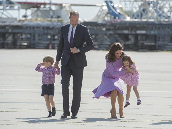刚抱了不到半分钟,凯特王妃选择让夏洛特公主自己走。(Julian Simmonds - Pool/Getty Images)