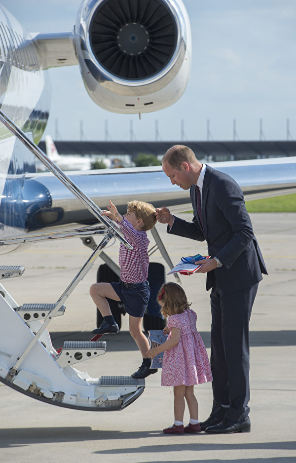 威廉王子协助儿女上飞机。(Julian Simmonds - Pool/Getty Images)