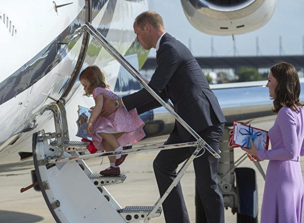 尽管只有2岁,夏洛特小公主勇敢的自己爬上飞机。(Julian Simmonds - Pool/Getty Images)