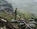 2008年7月10日一名中國士兵在中印邊界。(DIPTENDU DUTTA/AFP/Getty Images)